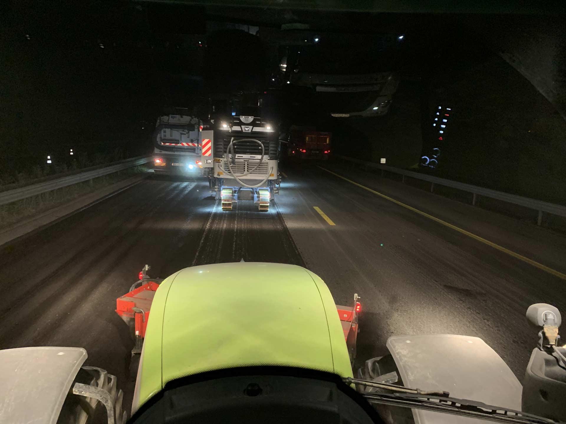Travaux de goudronnage de route de nuit sur Montauban.